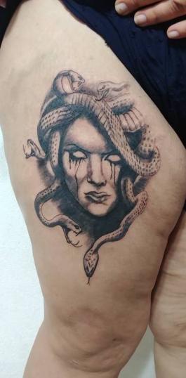 Medusa tatuaje realizado por Omar Mendoza