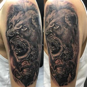 LEÓN Y GLADIADOR  tatuaje realizado por Edgar Constantino flores (Tino)