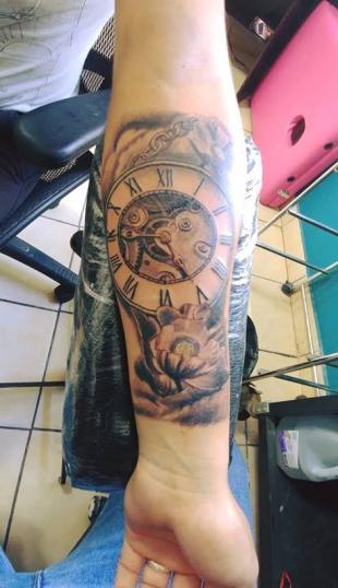 Reloj  antiguo y Flores tatuaje realizado por Omar Mendoza