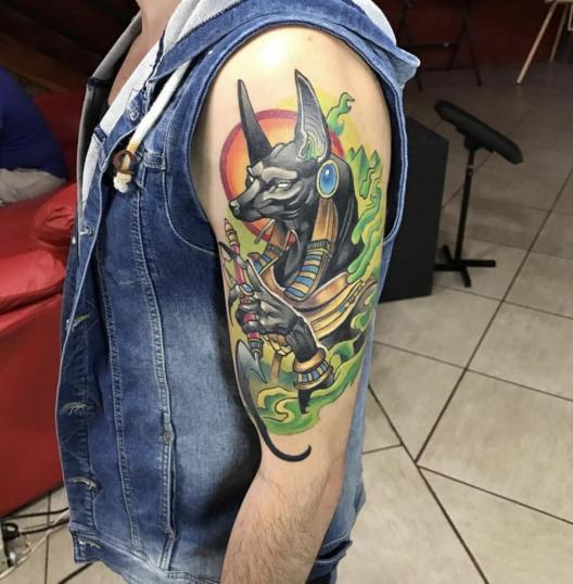 Anubis  tatuaje realizado por Izrael VG