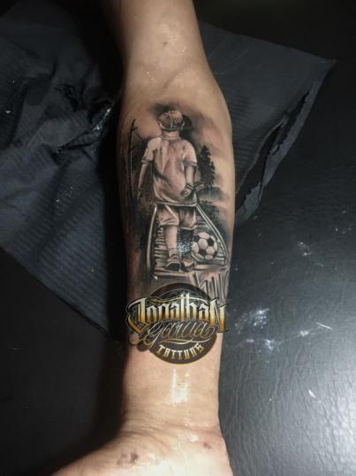 Niño futbolista  tatuaje realizado por Jonathan Garcia