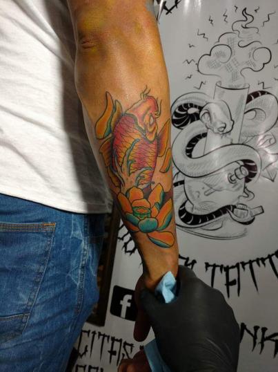 Koi fish tatuaje realizado por Edgar Salazar