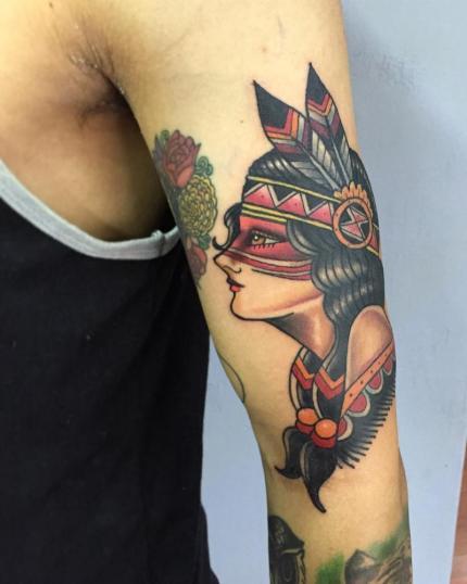 mujer apache en brazo tatuaje realizado por Gerardo Aceves