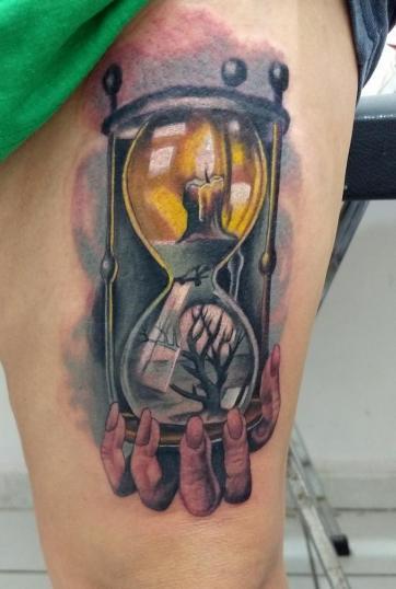 Reloj de arena tatuaje realizado por Checko Palma Tattoo