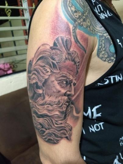 Poseidón en el brazo  tatuaje realizado por Checko Palma Tattoo