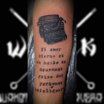 Maquina  de escribir con frase. tatuaje realizado por Wakotzin Kalavera