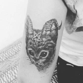 L gato tatuaje realizado por TattoDanny