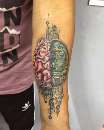 cerebro circuito tatuaje realizado por Gerardo Aceves