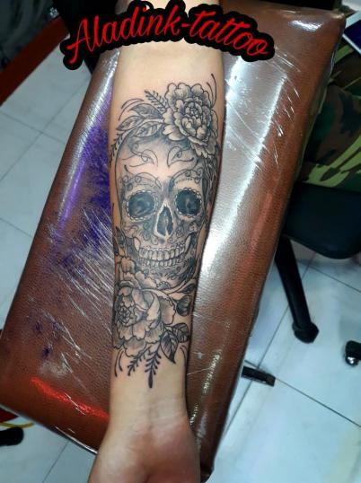Calavera con Flores. tatuaje realizado por Blas Aladid Maya