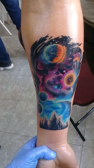 Galaxia tatuaje realizado por Jocker Ink Tattoo
