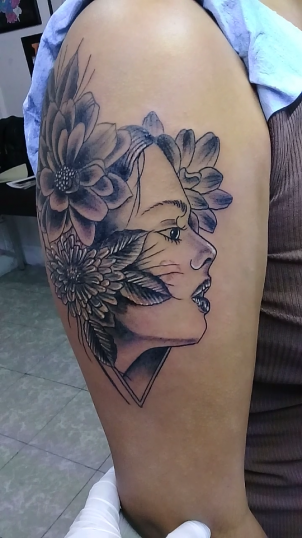 Mujer con flores  tatuaje realizado por Jocker Ink Tattoo