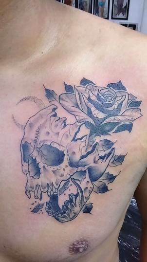 Craneo flor tatuaje realizado por Jocker Ink Tattoo