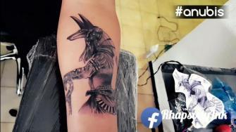 Anubis tatuaje realizado por RhapsodyInk