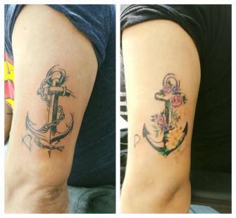 Anclas de pareja  tatuaje realizado por Omar Mendoza