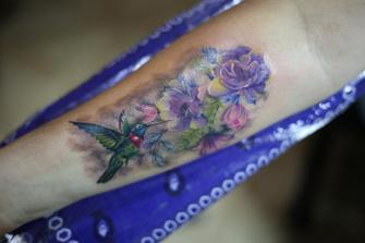 Colibri y flores tatuaje realizado por Old Gangsters Tattoo Shop