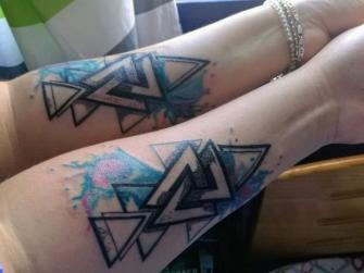En pareja tatuaje realizado por kreador one