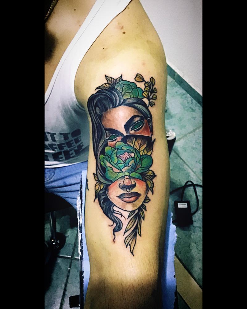 Mujer/flores tatuaje realizado por Toño Ramirez (Core)