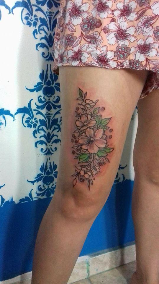 Flores en pierna tatuaje realizado por Rak Martinez