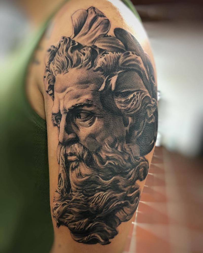Zeus tatuaje realizado por Gil Perez