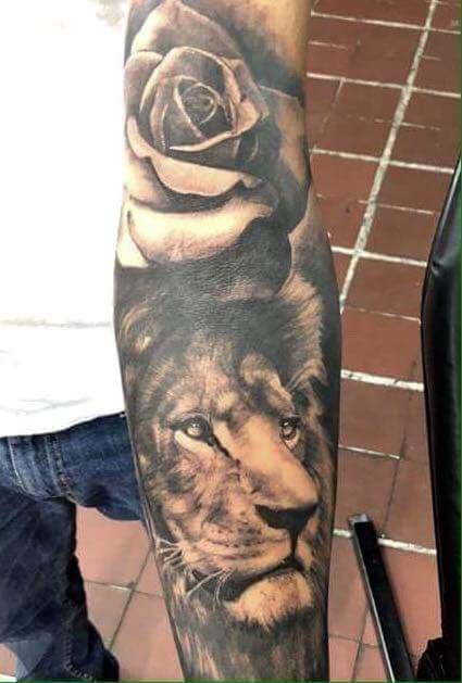 León y rosas  tatuaje realizado por Paulino Vergara (Mono)