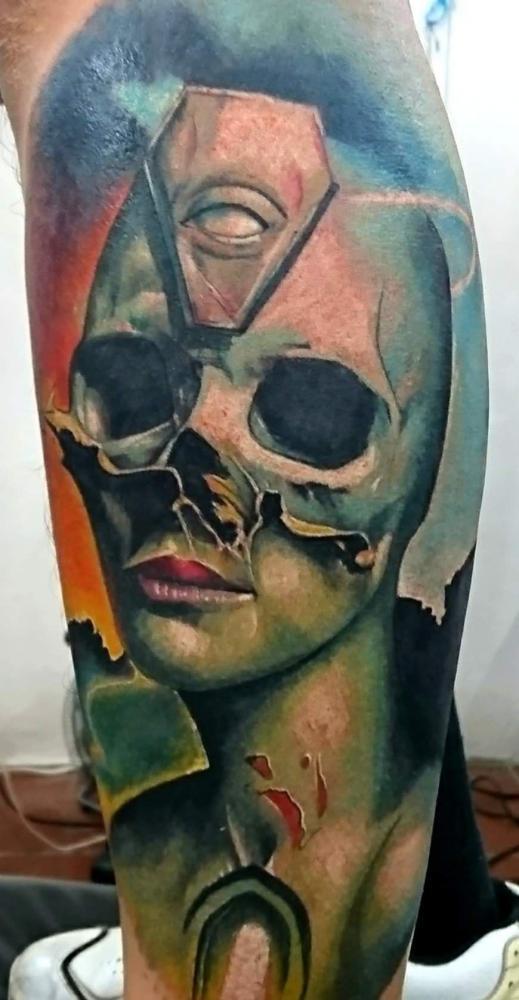 mujer, craneo tatuaje realizado por Paulino Vergara (Mono)