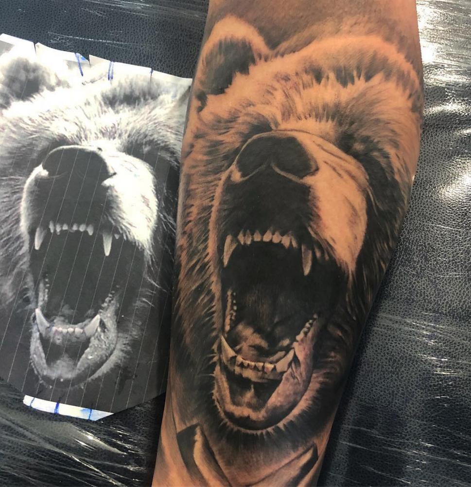 Oso tatuaje realizado por Gil Perez