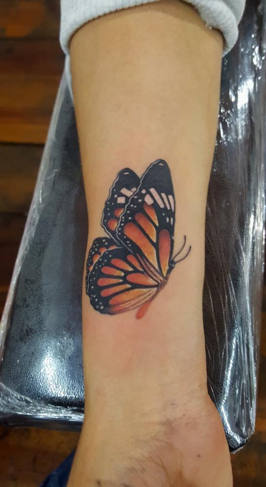 Mariposa  tatuaje realizado por Alejandro Hernández (Piolink)