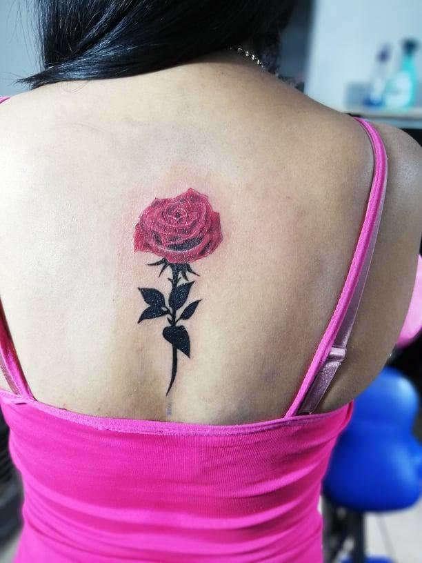Rosa Femenina  tatuaje realizado por Omar Mendoza