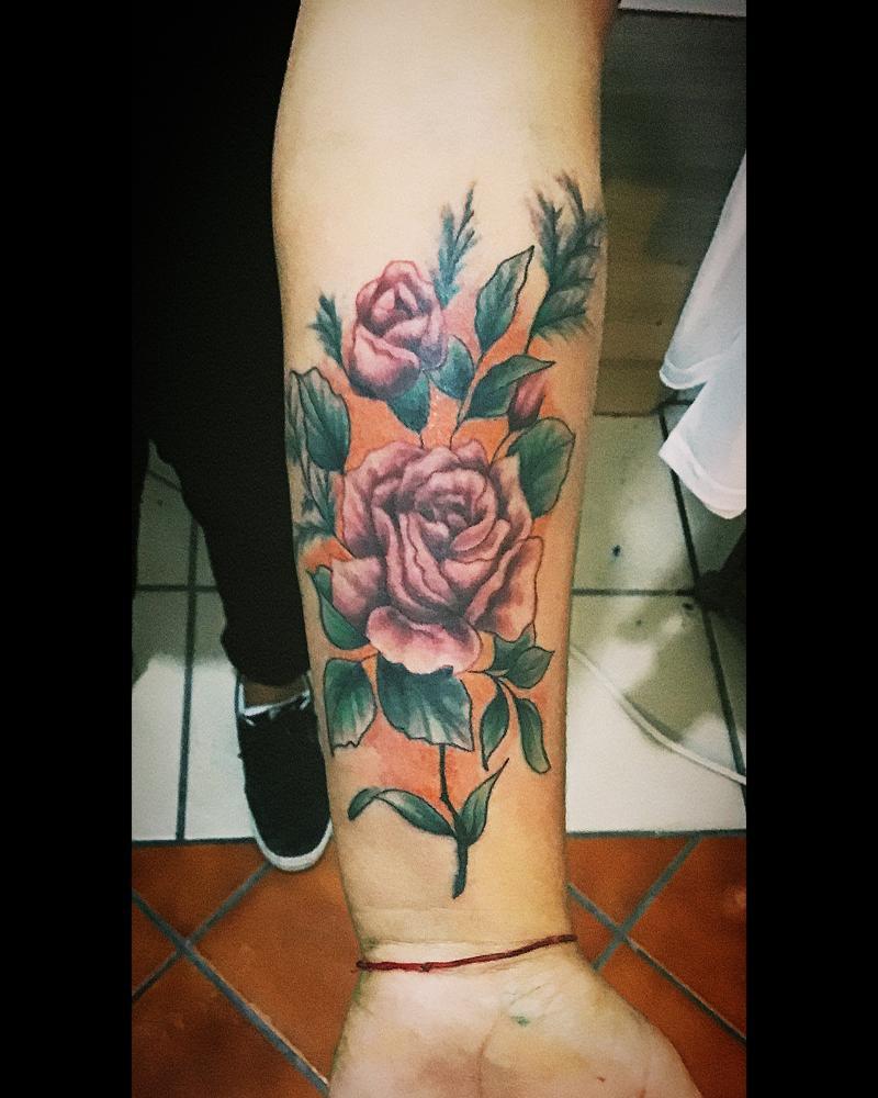 Flores a color en antebrazo  tatuaje realizado por Toño Ramirez (Core)