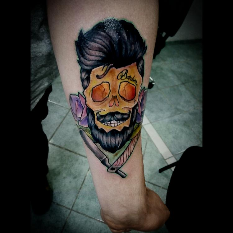 Craneo a color en el antebrazo  tatuaje realizado por Toño Ramirez (Core)