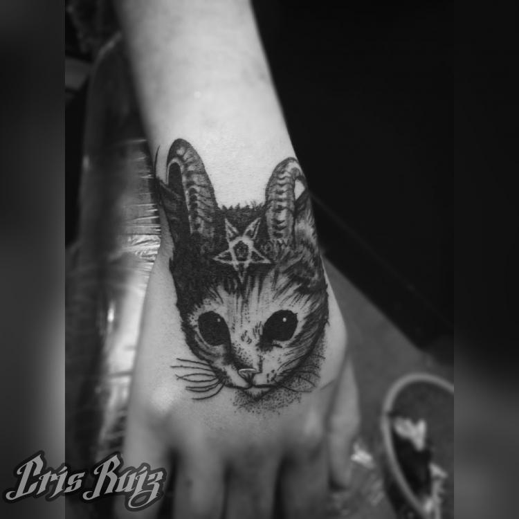 Gato Satán  tatuaje realizado por Cristhian Ruiz