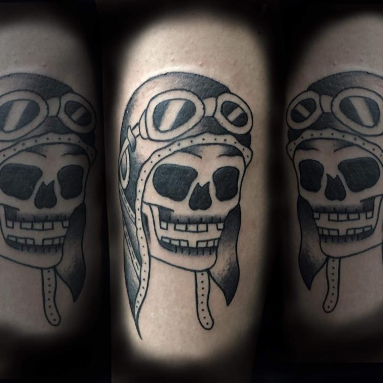 cráneo piloto tatuaje realizado por Uriel Martínez