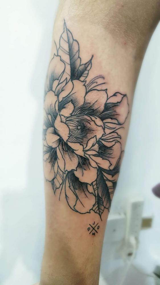 Flores tatuaje realizado por Alejandro Hernández (Piolink)