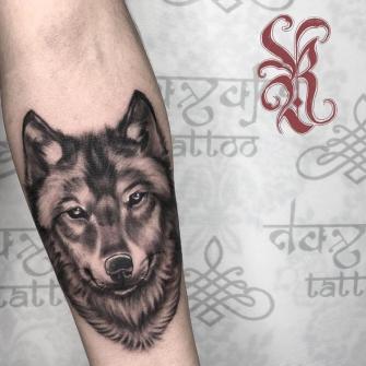 Lobo tatuaje realizado por Rolando Castillejos