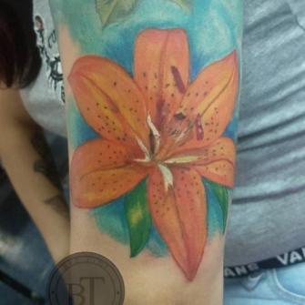 Flor tatuaje realizado por Ginebra Lilith