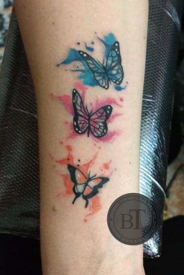 Mariposas tatuaje realizado por Ginebra Lilith