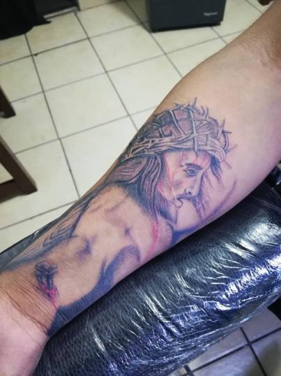 Cristo perspectiva  tatuaje realizado por Omar Mendoza