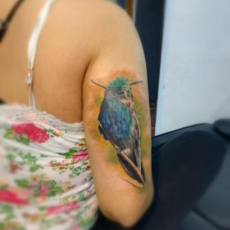 Pajaro tatuaje realizado por Rodrigo Guzmán (Tokie Roy)