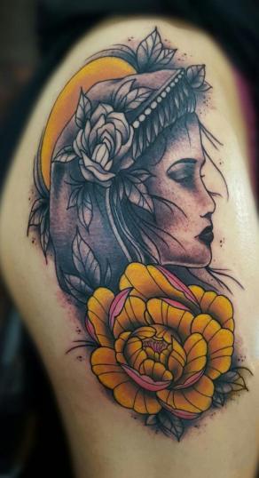 Mujer tatuaje realizado por Alejandro Hernández (Piolink)