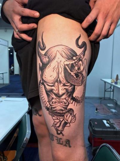demonio con serpiente tatuaje realizado por Rodrigo Guzmán (Tokie Roy)