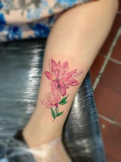 Flores tatuaje realizado por Rodrigo Guzmán (Tokie Roy)