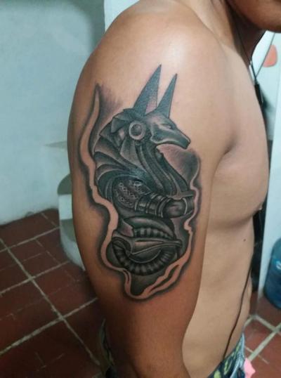 Egipto tatuaje realizado por Alejandro Hernández (Piolink)