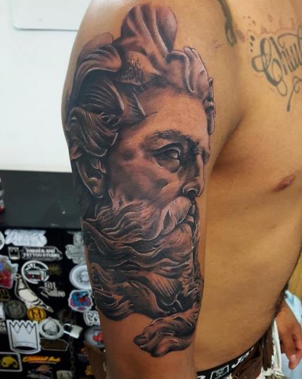 Zeus tatuaje realizado por Alejandro Hernández (Piolink)