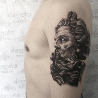 Zeus tatuaje realizado por Rolando Castillejos
