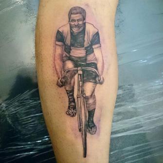 Ciclistas vintage tatuaje realizado por Rolando Castillejos