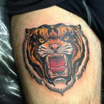 Tigre tatuaje realizado por Rolando Castillejos