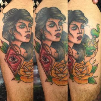 Mujer  tatuaje realizado por Edgar Salazar