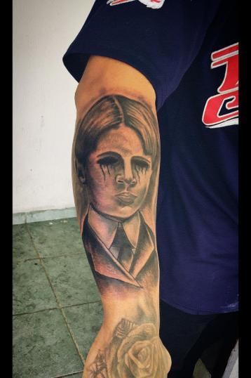 Retrato antiguo en el brazo tatuaje realizado por Toño Ramirez (Core)