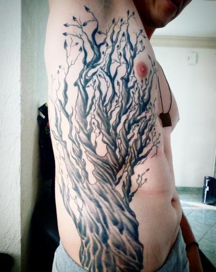 Arbol seco en las costillas tatuaje realizado por Toño Ramirez (Core)