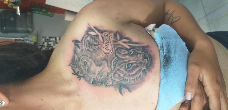 Leona y cachorro tatuaje realizado por Blas Aladid Maya